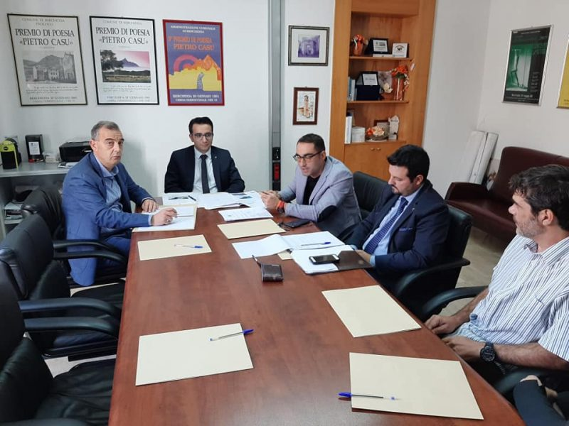 Marco Marrosu insieme ai rappresentanti della Regione Sardegna e di Berchidda, 21 ottobre 2019, nel momento storico della firma del decreto