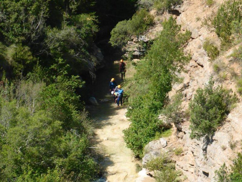 un gruppo in movimento lungo le gole della Sierra de Guara dove esiste una regolamentazione ferrea dell'attività